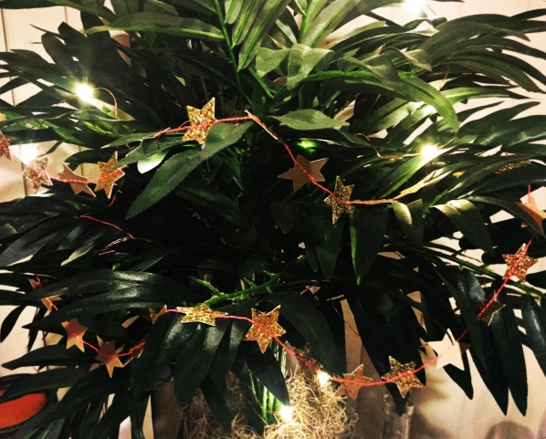 meri-meri-mini-gold-star-garland-on-tree